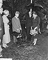 Koningin Juliana maakt een praatje, Bestanddeelnr 911-6201.jpg