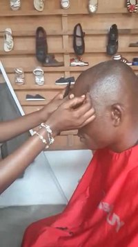 Fail:Lady barber, Ghana video.ogv