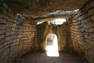 Gallardet Dolmen - Image: Le Pouget dolmen 2