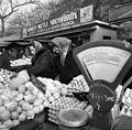 Lehel (Élmunkás) tér, piac. Háttérben a Bulcsú utca épületei. Fortepan 87575.jpg