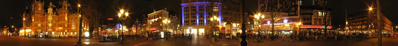 Panorama van het Leidscheplein bij nacht. Het gebouw geheel links is de Stadsschouwburg