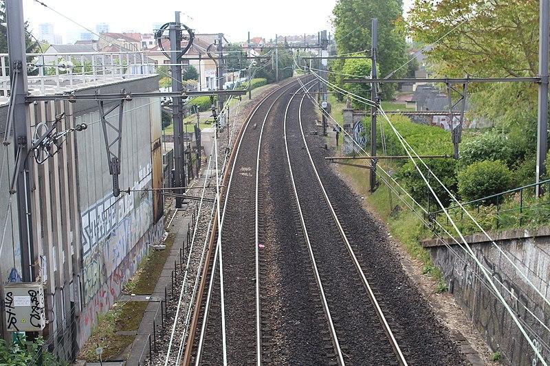 File:Ligne RER A près Gare Parc St Maur Fossés 1.jpg