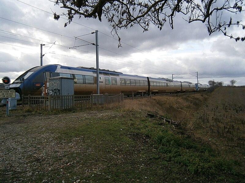 Une UM de X 72500 roule sur la ligne de Saint-Cyr à Surdon, à Saint-Germain-de-la-Grange (78). Elle assure une mission Corail Intercités, de Granville à Paris-Vaugirard.
