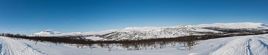 Skispor i Ljungdalen med amtets to højeste bjerge (Helag og Sylene) til venstre.