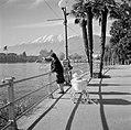 Locarno Boulevard met kindje en vrouw die de meeuwen voert, Bestanddeelnr 254-4777.jpg