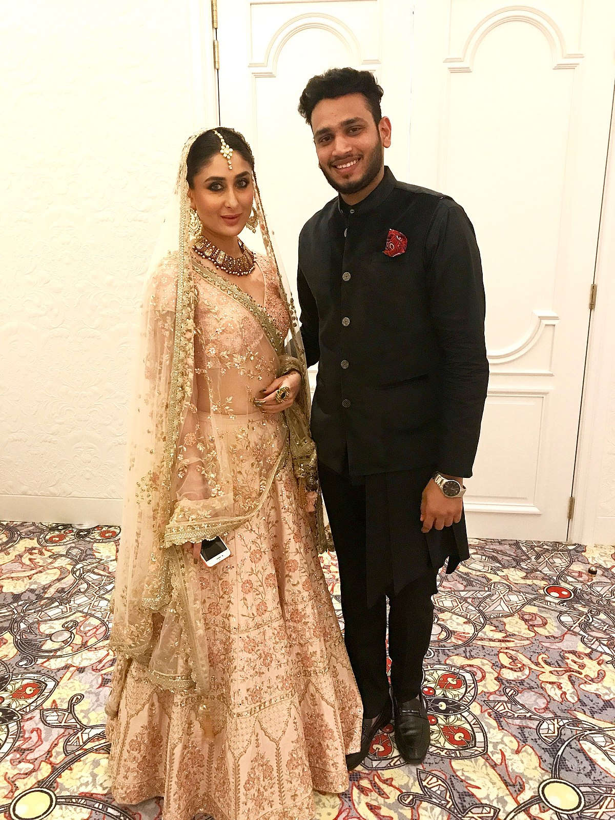 File Lokesh Sharma With Bollywood Actress Kareena Kapoor Khan Shop Qatar Festival Jpg Wikimedia Commons