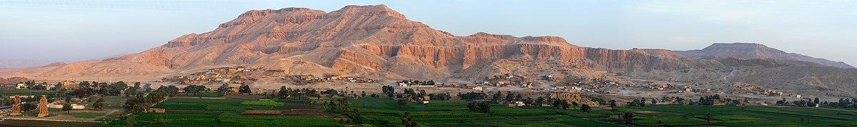 מבט כללי על הגדה המערבית בעת הזריחה בלוקסור. מצד שמאל למטה פסלי הענק של ממנון, מימין לו מקדש רעמסאום, מצד ימין הכביש לעמק המלכים