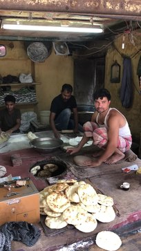 File: Het maken van Khameeri Roti in Tandoor in Turkman Gate Old Delhi.webm