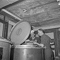Marinekoks aan het werk bij kookketel, Bestanddeelnr 255-9470.jpg