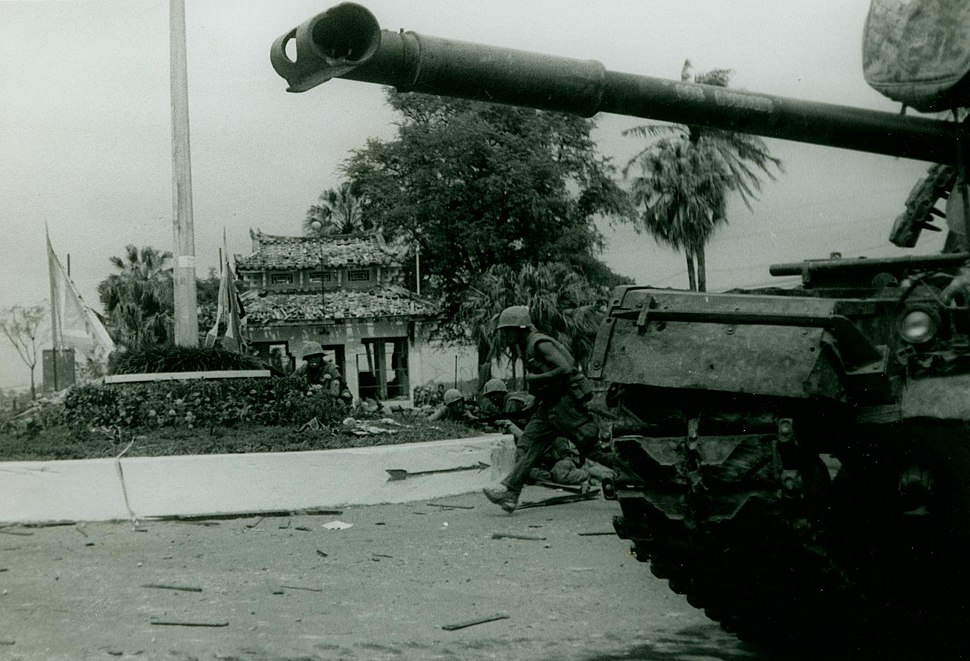 Marines Clear Buildings, 2 February 1968 (16428160745)