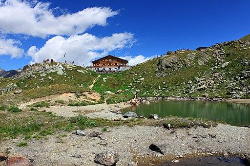 Marteller Hütte mit Bergsee