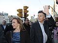 Mauricio Macri con Eleonora Cassano en el obelisco (8125681220).jpg