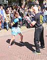 Meisje bokst met leraar Mu Thai.jpg