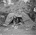 Meisje kruipt uit een tent, Bestanddeelnr 191-0820.jpg