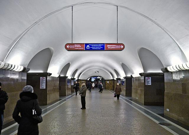 Напервой линии петербургского метро произошел сбой вдвижении