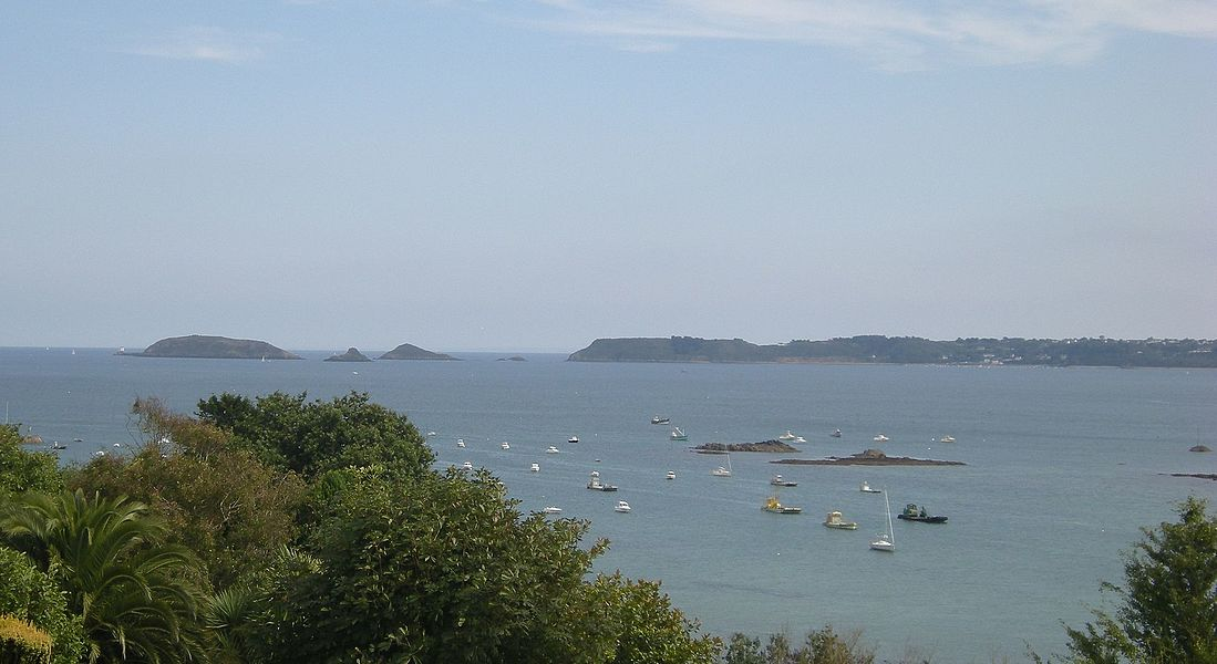 In Paimpol bay and, in the background, of Plouézec territory, looking south-east from Pors-Even in Ploubazlanec (fr). In the background, on the left side are the Mez de Goëlo (fr) with, on the uttermost left of the islets, the Hospic lighthouse; on the right side, Plouézec point.