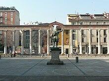 Vista panoramica delle colonne di San Lorenzo e della statua di Costantino