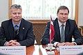 Ministru prezidents Valdis Dombrovskis tiekas ar Igaunijas prezidentu Tomasu Hendriku Ilvesu 11.10.2011. (6233936147).jpg