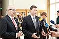 Ministru prezidents Valdis Dombrovskis tiekas ar Vācijas Šlēzvigas – Holšteinas federālās zemes premjerministru Torstenu Albigu (8715932967).jpg