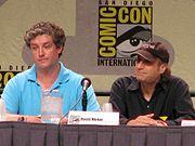 Al Jean (izquierda) es el actual productor ejecutivo de la serie y David Mirkin (derecha) es un productor ejecutivo anterior y miembro del equipo de guionistas desde 1994.