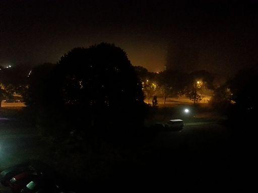 Mistige ochtend in buitenwijk