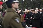 Modlitwa nad grobami ofiar tragedii smoleńskiej na Powązkach w Warszawie.jpg