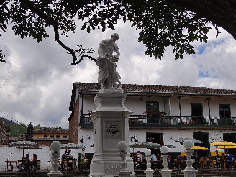 File monumento a la madre conjunto de la plaza principal for Jardin antioquia