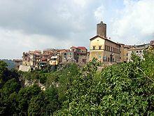 Il centro storico con la torre di palazzo Ruspoli.