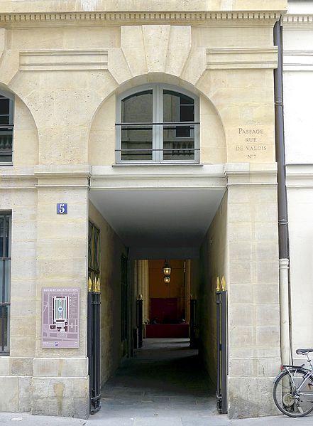 Fichier:P1100878 Paris Ier rue de Valois n°5-7 passage de Valois rwk.JPG