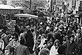 Paasdrukte in Amsterdam, drukte op de Bloemenmarkt op het Singel 18 april 1981, Bestanddeelnr 931-4382.jpg