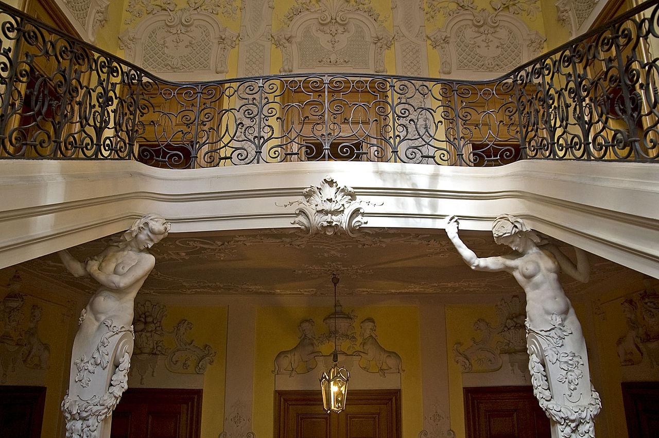 1280px-Palais_Preysing_-_München_-_Treppenhaus_Detail_6.jpg?uselang=de