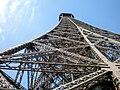 Paris, Eiffelturm, zweite Etage, Blick nach oben 2008-06.jpg