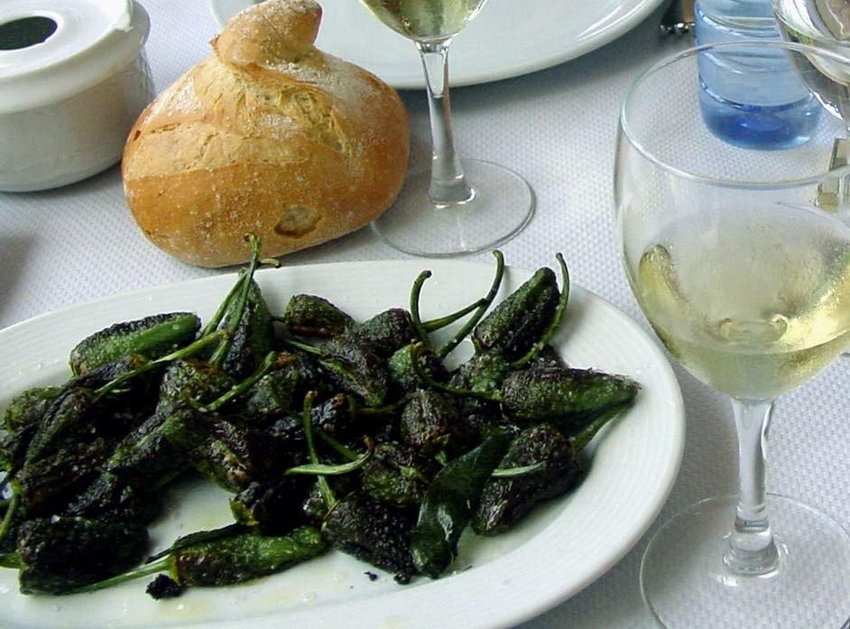 Pementos de Padrón, pan e viño galegos