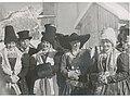 Personen in Grödner Tracht in Wolkenstein um 1940.jpg