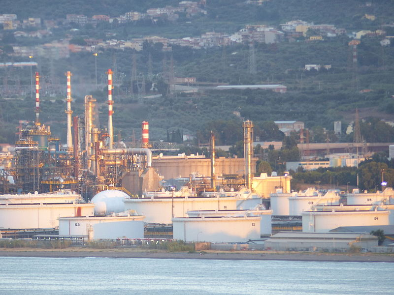 File:Petroquímica de la ciudad de Milazzo, Sicilia, Italia ...