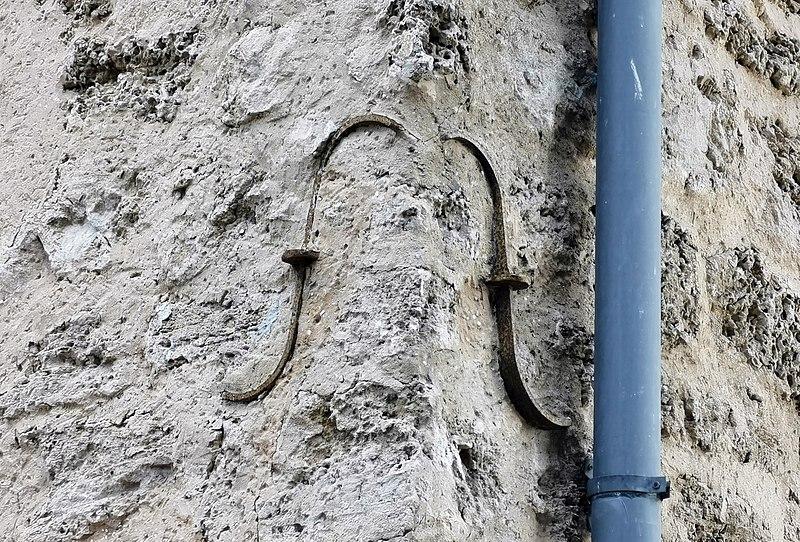 עוגן בקיר בניין בשרונה