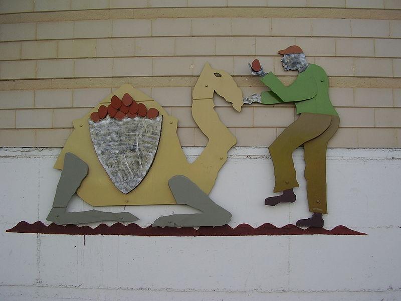 """פסל """"גמל ותפוזים"""" בפתח תקווה"""