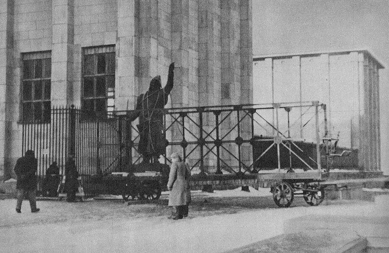 File:Pomnik Jana Kilińskiego Muzeum Narodowe 1942.jpg