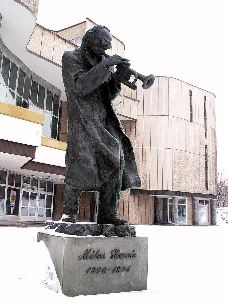 Pomnik Milesa Davisa Kielce 01 ssj 20060304