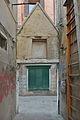 Portale romanico a Santa Croce Venezia visto dalla corte.jpg