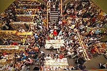 Intérieur d'une librairie vue du dessus, où l'on aperçoit au moins deux cent personnes remplir l'espace dans l'attente de la sortie du dernier livre