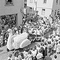 Praalwagen met Bacchus en nimfen en achterin vermoedelijk de wijnkoningin, Bestanddeelnr 254-3877.jpg