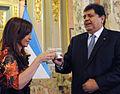 Presidentes Cristina Fernandez y Alan Garcia brindan con pisco.jpg
