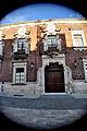 Puerta lateral del Palacio de Gobierno con gran angular.JPG