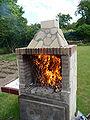 Quemando sarmientos en chimenea para asar.jpg