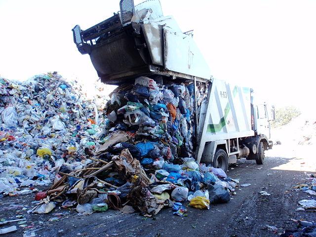 Müll wird von Abfallwagen angeliefert