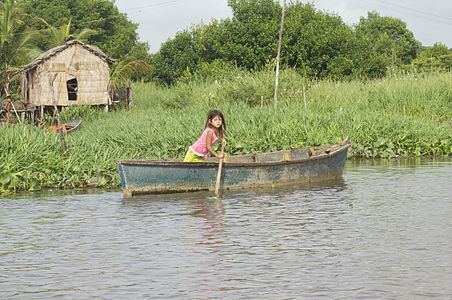 Girl paddling in limón river
