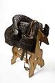 Sadel med stigbyglar och två pistolhölster samt ställning - Hallwylska museet - 86479.tif