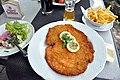 Salat, schnitzel, pommes frites og hvedeøl (7336318636).jpg