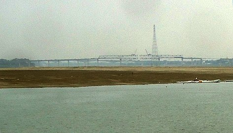 Samne ghat bridge from Dasashwamedh Ghat (cropped).jpg